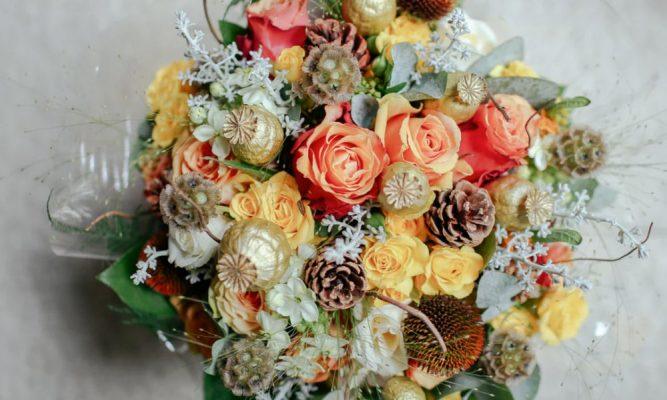 buquê de flores artificiais clássicos