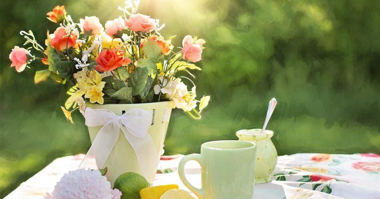como decorar um vaso com flores artificiais