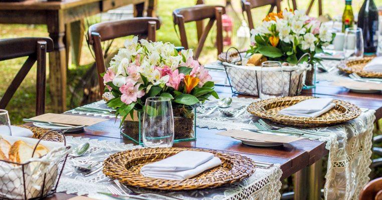 arranjo de flores artificiais para mesa de convidados