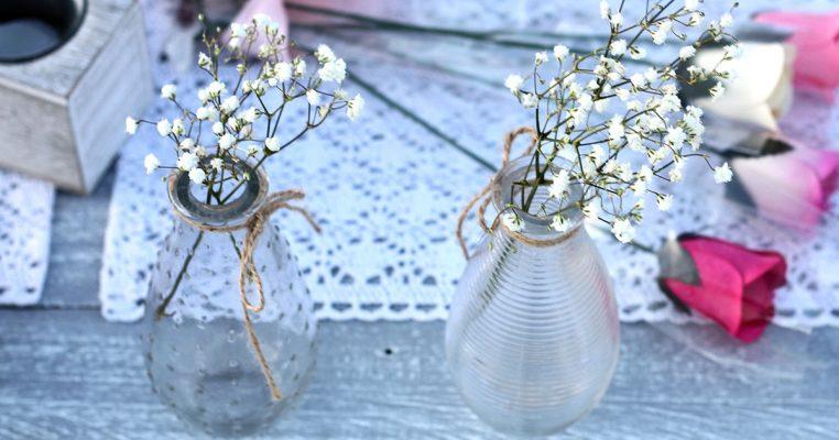 arranjos de flores artificiais em garrafas