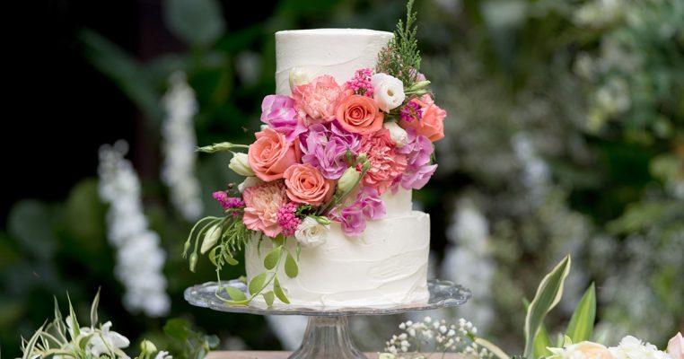 bolo com flores artificiais