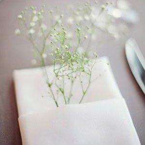 Flor mosquitinho artificial decorando guardanapo