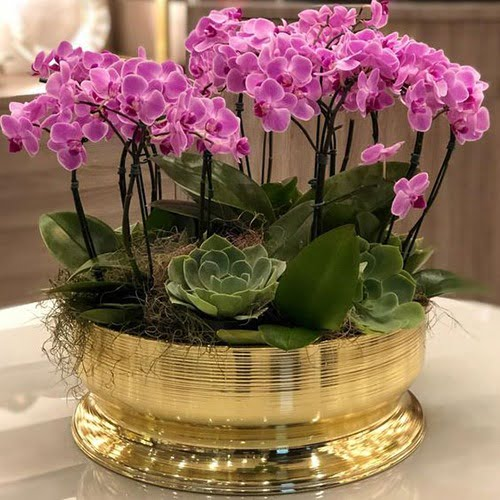 Arranjo de orquídeas artificiais com vaso dourado