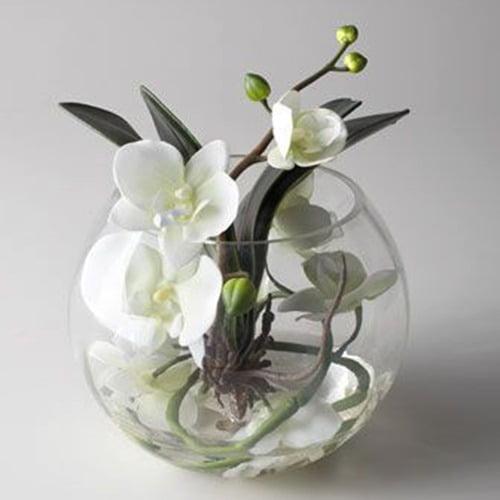 Arranjo de orquídeas artificiais em vaso de vidro